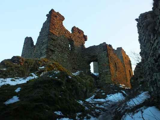zbytky hradních paláců...
