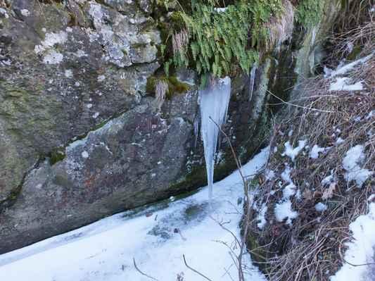 na hradě ještě vládne zima - pohled do hradní cisterny...