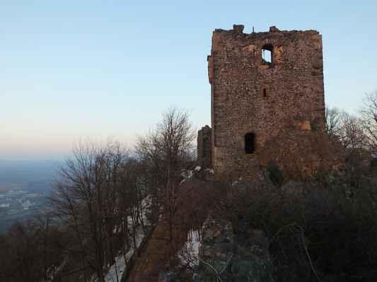 až do 15. století bylo ralsko významným hradem, ale podobně jako nedaleký hrad děvín bylo postupně opuštěno a hlavního významu nabylo opevněné sídlo ve stráži pod ralskem - hrad vartenberg ( stráž )...