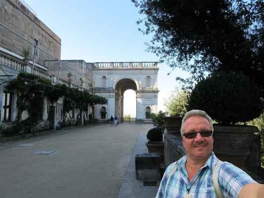 Prohlídku interiérů máme za sebou a v příštím albu se podíváme do nádherných zahrad Vily d´Este v Tivoli. Mějte se fajn. Petr a Shanaka