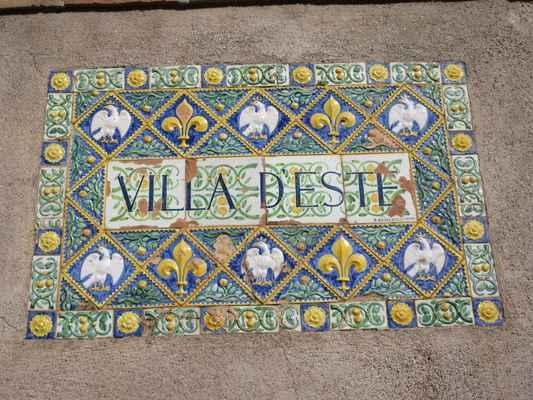 Villa d´Este byla postavena v městečku Tivoli z bývalého benediktinského kláštera v roce 1550 pro kardinála Ippolita d'Este (syna Lukrécie Borgio a Alfonsa d'Este). Je dílem neapolského architekta Pirra Ligorio, který navrhl i okolní park. Právě park je největším lákadlem turistů a v roce 2007 byl dokonce oceněn jako nejkrásnější evropská zahrada.
