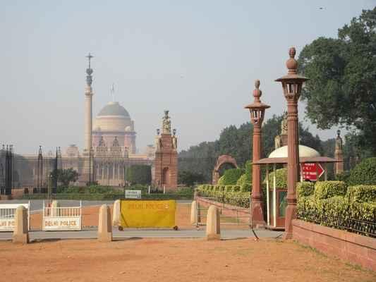 Třída, dříve nazývaná Kingsway, Královská cesta, vede k paláci Ráštrpatibhavan, rezidenci indického prezidenta.