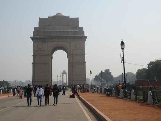 """V centru Nového Dillí stojí 42 metrů vysoká Indická brána , oblouk """" Arc-de-Triomphe """" uprostřed křižovatky. Téměř podobný svému francouzskému protějšku připomíná 70 000 indických vojáků, kteří za války bojovali o britskou armádu. Památník nese jména více než 13 516 britských a indických vojáků zabitých v severozápadní hranici v afghánské válce z roku 1919."""
