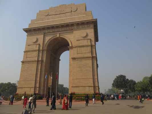 """Během nočního odpočinku je Indická brána barevně osvětlená, zatímco nedaleké fontány vytvářejí krásný displej s barevnými světly. Indická brána stojí na jednom konci Rajpátu a oblast kolem ní je obecně označována jako """"Indická brána""""."""