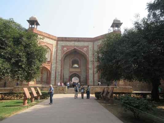 Humayunova hrobka  Nachází se v blízkosti křižovatky silnice Mathura a silnice Lodhi , tato nádherná zahradní hrobka je prvním významným příkladem architektury Mughal v Indii.
