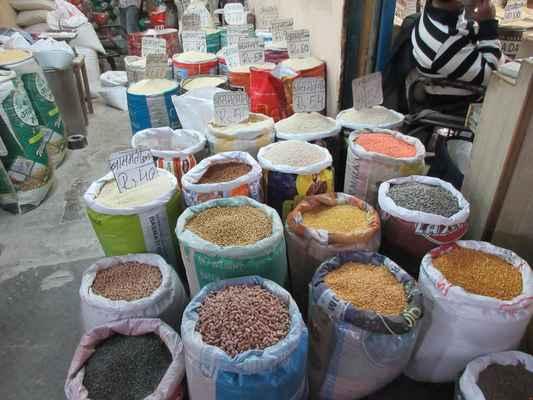 Velký výběr koření, luštěnin a rýže.