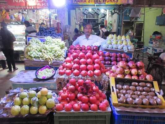 Stánky s ovocem jsou na každém kroku.