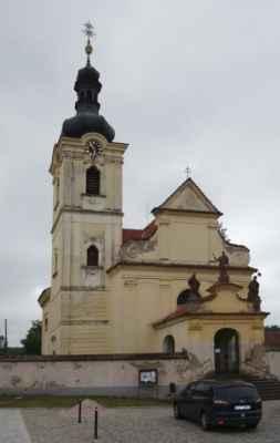 Chocerady - kostel Nanebevzetí Panny Marie. Původní gotický kostel byl v polovině 16. stol. přestavěn renesančně a následně v 17. stol. barokně, rozšířen o boční kaple a věž. Uvnitř kostela se dochoval barokní oltář z doby kolem r. 1715, dřevořezby a sochy sv. Tadeáše, sv. Pavla, sv. Petra a sv. Šimona Judy, které jsou dílem sochaře Františka Zelenky.