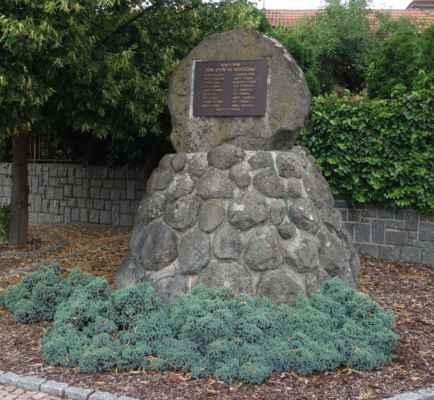 Památník padlým vedle kostela.
