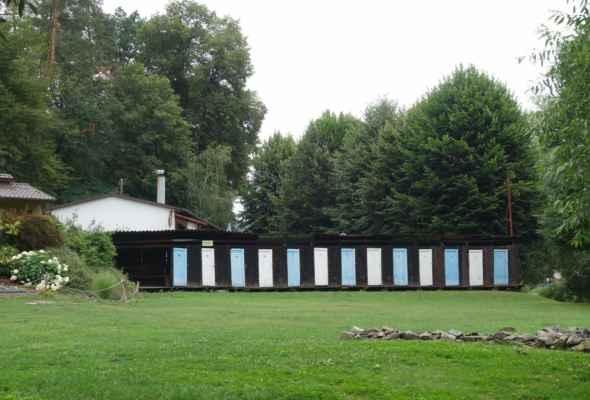 Hláska Zlenice - tady jsem teda nestačila zírat. Pár let jsem tudy už nejela a ono je tábořiště a koupaliště.