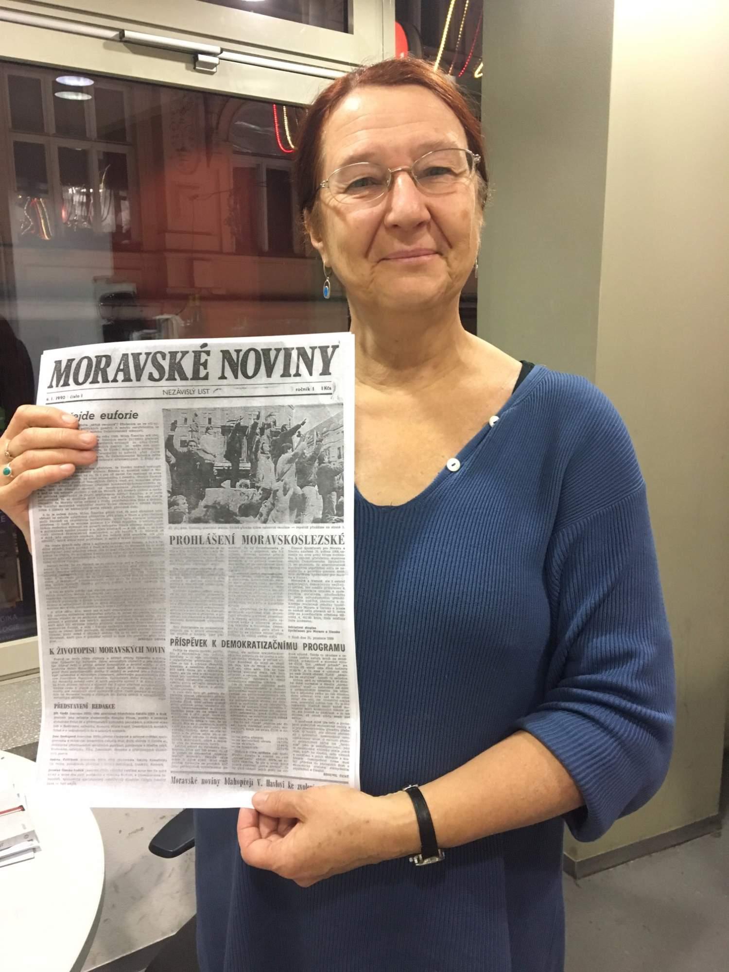 Jana Soukupová s prvním vydáním Moravských novin, věnované Sametové revoluci
