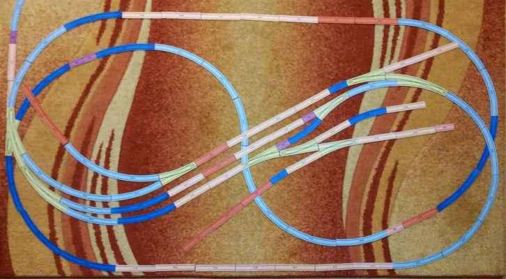 Návrh - Jeden z prvních návrhů, který vznikl pomocí šablon kolejiva Kuehn. Základní myšlenka přetrvala, dílčí rozdíly tam ale jsou. Vlevo nahoře je vidět odbočka do tehdy zvažovaného skrytého nádraží.