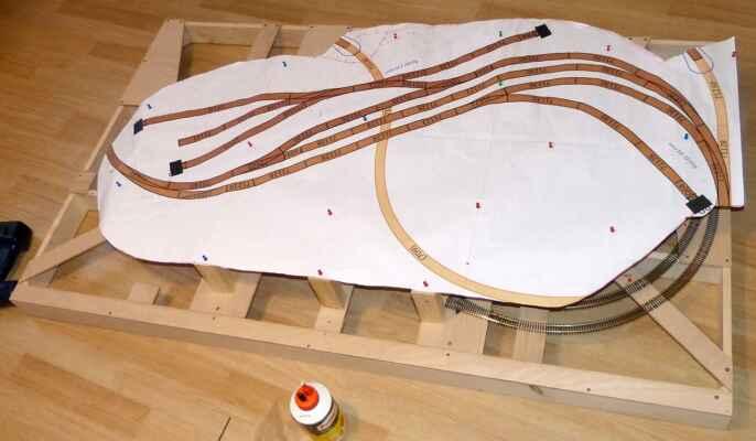 Konstrukce - Rozvržení kolejí na horní desce.