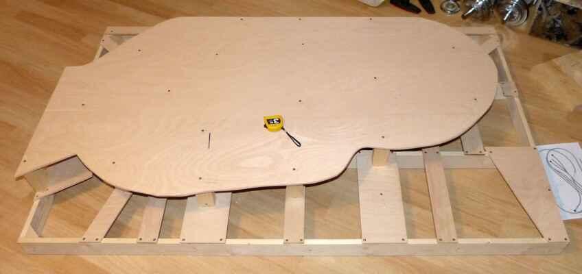 Konstrukce - Počátky prací na konstrukci kolejiště.