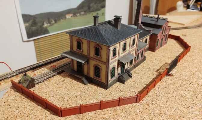 Vlečka - Takhle nějak by měla vypadat vlečka. Tovární budovy zná asi každý fanoušek modelové železnice, jedná se o letité, ale vděčné modely. Zkombinoval jsem Strojírnu a plynárnu, samozřejmě s drobnými úpravami, viz galerie budov.