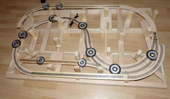 Konstrukce - Zkušební položení kolejí. Ještě že mám ty činky. :-)