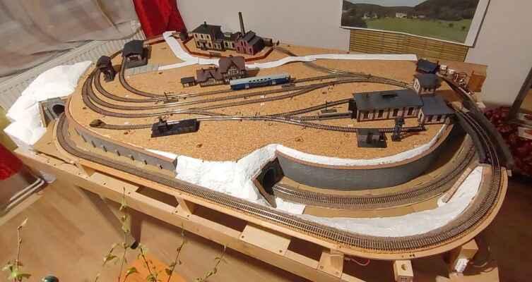 Stanice a okolí - Celkový pohled na pravděpodobné rozvržení budov na kolejišti.