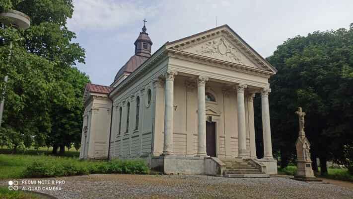 Kostel sv. Alžběty - Zbudován v letech 1902-04 nákladem Gustava Redlicha v novoklasicistním slohu. Vysvěcen r. 1904. Jednolodní halový chrám s obdélníkovou dispozicí, s kopulí s lucernou nad křížením a apsidou v závěru. Ze zadní strany přiléhá vstupní prostora se schodištěm do hrobky rodu Redlichů.