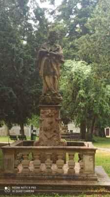 Socha sv. Jana Nepomuckého - Světec je v mírně podživotní velikosti, socha je z roku 1717.