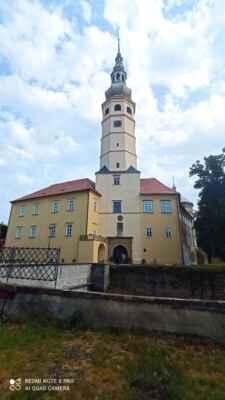 Zámek Tovačov - Základy zámku byly položeny již ve 2. polovině 11. století, kdy stávající hrad sloužil jako útočiště lovců a později jako dobře chráněná vodní tvrz. Postupem let se v držení objektu vystřídalo několik majitelů, kteří jej stavebně upravovali. Současná neorenesanční podoba pochází z 19. století. Je to čtyřkřídlá budova s dominantní čtyřbokou věží, vysokou 96 metrů. V zámku můžete spatřit vstupní renesanční portál, zámeckou kapli s raně barokní štukaturou, rytířský a sněmovní sál nebo levé křídlo zámku se schodištěm ve vídeňském stylu. Za pozornost stojí expozice o prusko-rakouské bitvě u Tovačova.