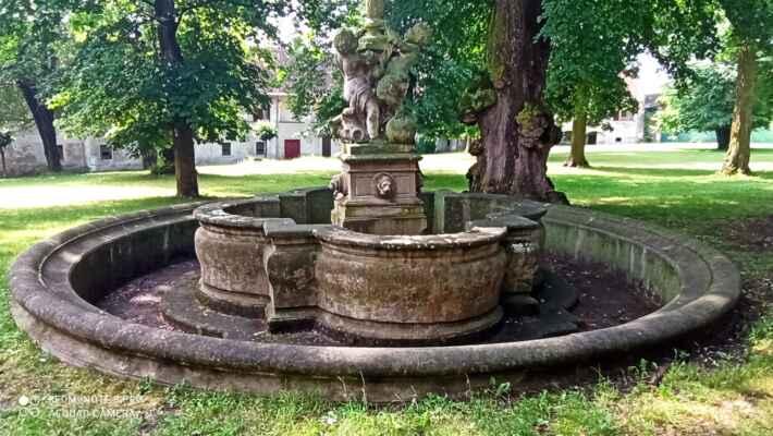 Kašna s alegorií soutoku Moravy a Bečvy - Dílo Bohumíra Fritsche z poloviny 18. století. Jedná se o alegorii soutoku Moravy s Bečvou, je umístěna v zámeckém parku.