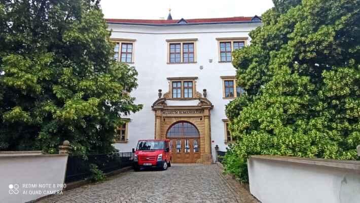 Zámek Přerov - Původní gotický hrad byl v druhé polovině 16. století přestavěn na renesanční zámek. Tento čtyřkřídlý objekt s válcovou věží, obklopený ze dvou stran suchým příkopem, je krásnou dominantou města. Od 1917 je majetkem města Přerov. V současnosti prostory využívá Muzeum Jana Ámose Komenského.