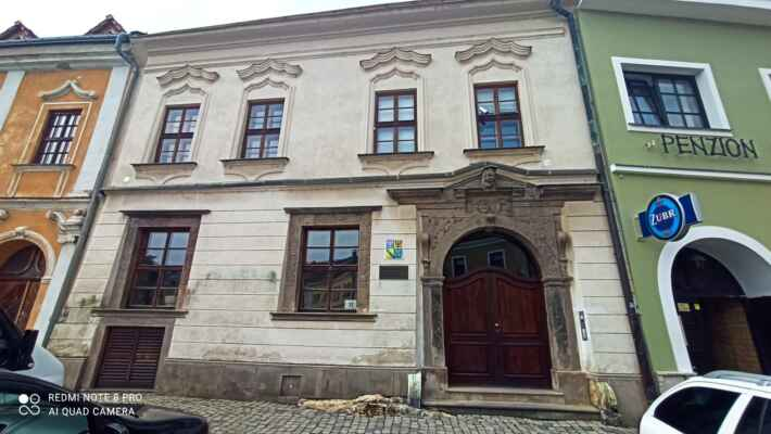 Korvínský dům - Jeden z nejcenějších domů na Horním náměstí. Zachoval se zde renesanční vstupní portál z roku 1570 a gotická síťová klenba v přízemí. Dnes slouží pro potřeby města a Muzea Komenského ke konání kulturních akcí i přednášek.