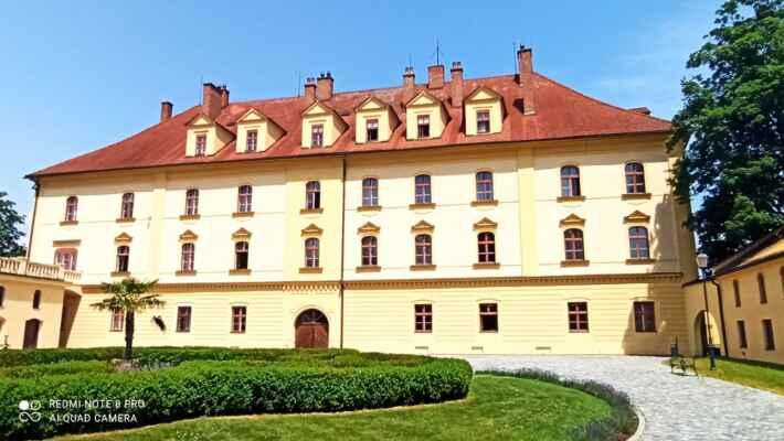 zámek Lipník nad Bečvou - Zámek postavili v letech 1597-1609 Bruntálští z Vrbna v renesančním slohu. Po Bílé hoře zámek připadl Ditrichštejnům, kteří jej využívali jako sídlo správy panství a byty. Na konci 17. století nechali zámek navýšit o patro. Zároveň byl zachován renesanční ráz objektu. Teprve ve 2. polovině 19. století byl zámek upraven novoklasicistně podle návrhu Josefa Zürka. Získal novou fasádu a upravena byla i boční křídla. Zajímavostí je, že zde byla na střeše bývalých stájí postavena první střešní zahrada severně od Alp. Tato zahrada je v letním období zpřístupněna veřejnosti. Dnes je objekt využíván jako sídlo městského úřadu, galerie, společenského sálu. Zámek obklopuje rozsáhlý anglický park, založený již v 17. století.