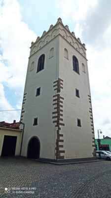Zvonice Lipník nad Bečvou - Zvonice v Lipníku nad Bečvou je jediná na Moravě, která se dochovala v původní pozdně renesanční podobě. Ostatní stavby tohoto druhu také převyšuje svými rozměry, 10×10 m s výškou 24 m. Z městských prostředků byla vybudována v roce 1609, aby do ní mohl být umístěn zvon Michal z věže kostela sv. Jakuba, pro kterou byl příliš těžký. Bez úhony přečkala i rozsáhlý požár v roce 1613. Stavbu zdobí znak města a sluneční hodiny.