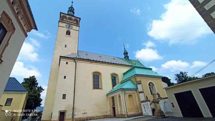 Kostel sv. Jakuba - Farní kostel svatého Jakuba stojí na místě původní románské stavby, která byla později přebudována v gotickém stylu. Věž s renesančními arkádami pochází z roku 1596. Kostel postihlo několik požárů a hrozilo mu i zboření švédským vojskem, byl ale vždy opraven. Vybavení je ze 60. let 18. století, kdy byl barokizován.