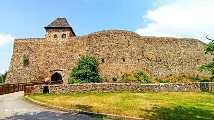 vstup do předhradí hradu Helfštýn - Hrad byl založen na počátku 14. století. Postupem času byl rozšířen a změnil mnoho majitelů. Během té doby byl několikrát obléhán. Ke konci 18. století upadl vojenský význam hradu a byl opuštěn. Dnes můžeme obdivovat jeden z největších hradních komplexů u nás. Dochovaly se mohutné hradební zdi, několik věží, pět bran, věže a paláce.