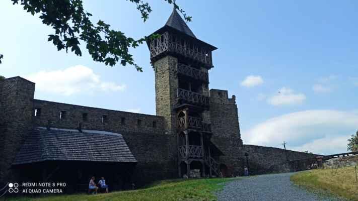Vyhlídková věž hradu Helfštýn - Dřevěná vyhlídková věž je součástí stejnojmenného hradu. Z výšky 10 metrů se před vámi rozprostře pohled na Moravskou bránu a Oderské vrchy s vrcholem Maleníku.