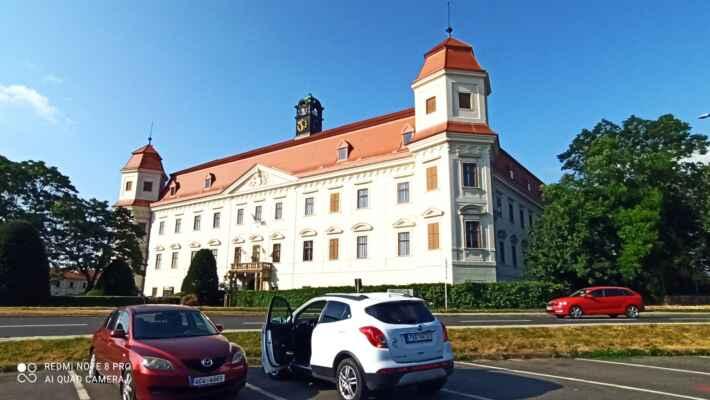 Zámek Holešov - Základy objektu pocházejí z původní středověké tvze, která byla Šternberky do roku 1574 přestavěna na renesanční zámek. Po vypálení švédskými vojsky jej roku 1651 koupil Jan Hrabě z Rottalu, který nechal od roku 1655 vystavět čtyřkřídlou stavbu s nárožními věžemi v duchu raného baroka. Po něm ve stavebních pracech pokračoval i František Antonín hrabě z Rottalu, který nechal upravit interiéry a zřídil zámecké divadlo. Později byly upraveny i interiéry druhého patra ve stylu klasicismu.