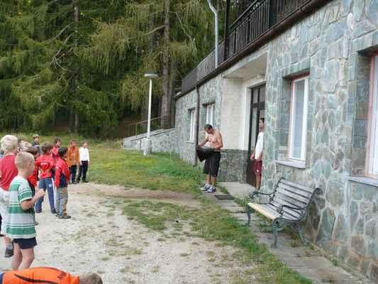 Ranní sprcha - ...nováček mezi trenéry dostal sprchu od mazáků