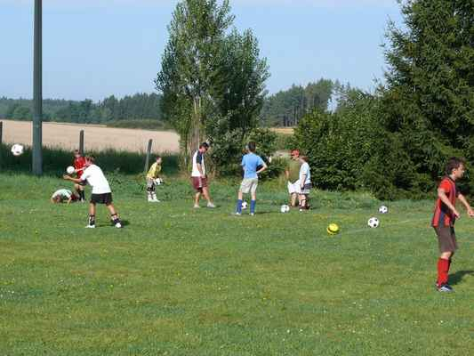 Trénik v Lomu - Žáci trénují zpracování míče
